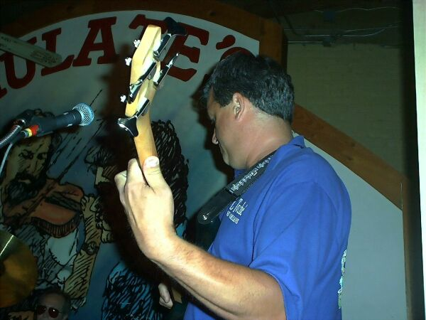 jeff_guitar_web.jpg (44328 bytes)
